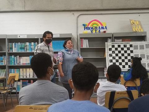 Conversatorio de la bibliotecaria Sarah en conjunto con Jaime en el club de ciencias